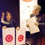 Clice de Toledo Sanjar  Mazzilli, del Departamento  de Projeto, Universidade  de São Paulo. São Paulo,  Brasil recibe el premio otorgado a alumnos de su universidad de manos de  Mario Piazza, Jurado bid_est.