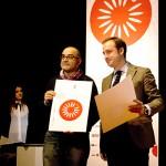Juan Aguilar, director de Estación de Diseño.  Granada, España,  recibe el premio a sus alumnos de manos de  Guillermo Escribano (jefe del  Dpto. de Cooperación  y Promoción Cultural  del Ministerio de  Asuntos Exteriores y  Cooperación/AECID.)