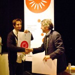 Mario Piazza entregando sus premios a finalistas de la bid_est
