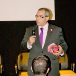 Rafael Diaz, director de de ESNE, presentando su escuela en el primer plenario.